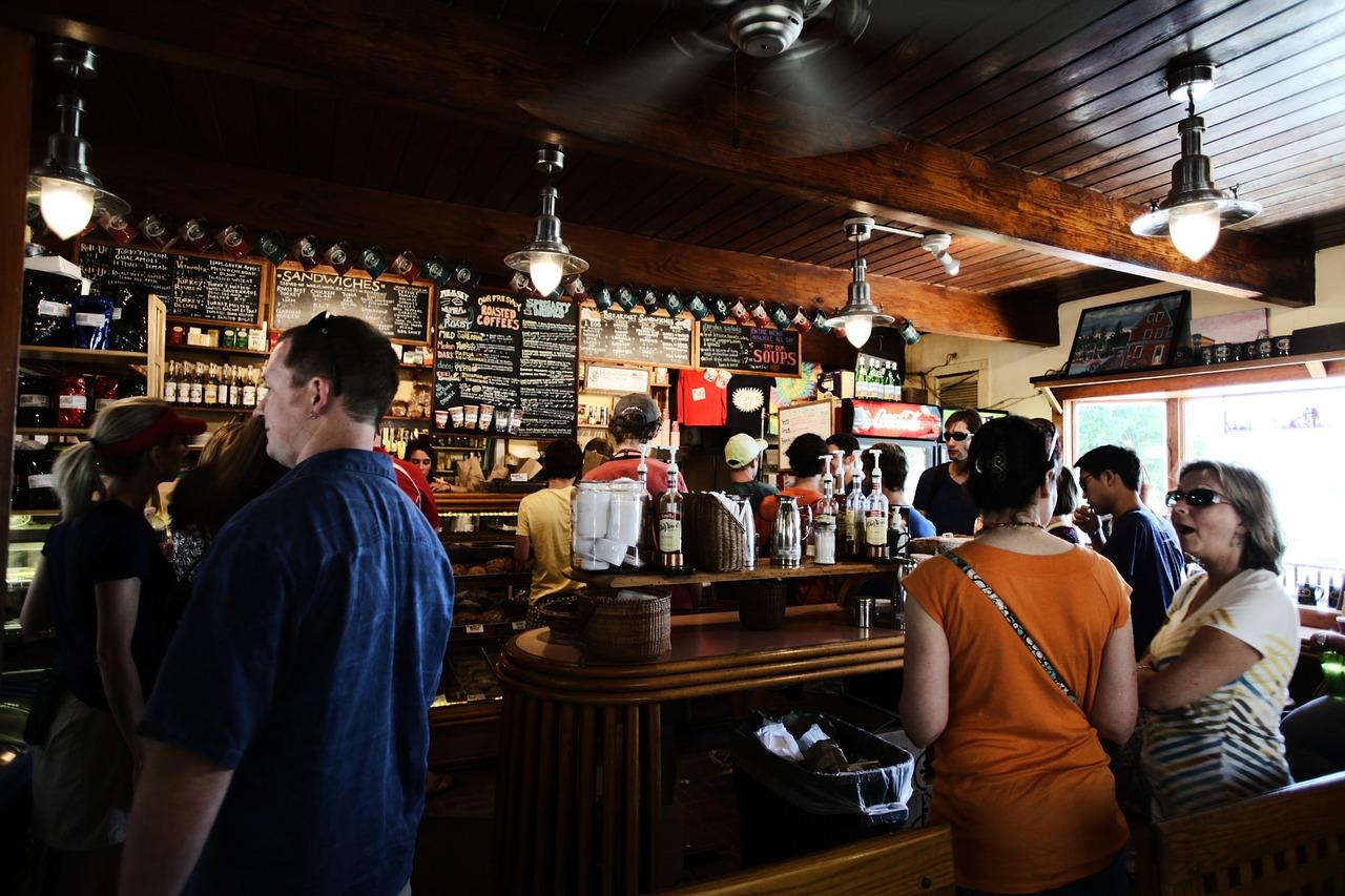 Gut besuchte Bar mit vielen Leuten