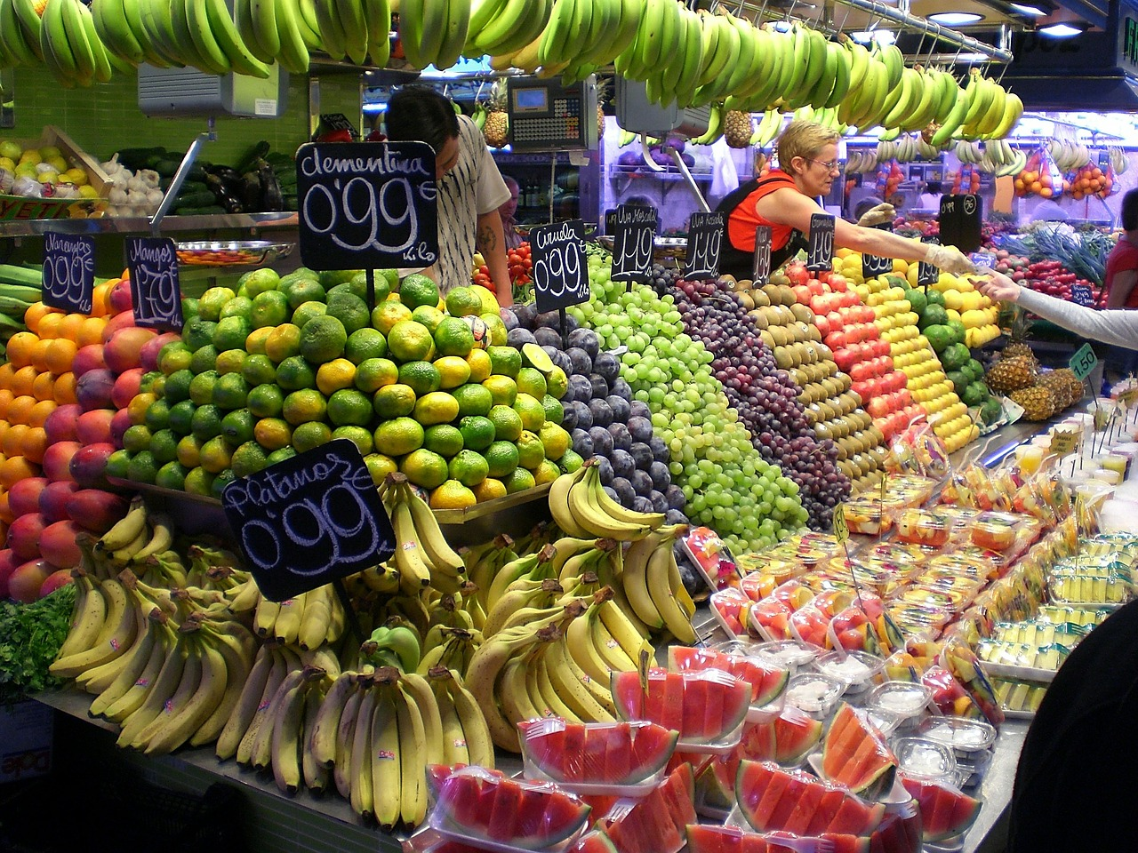 Marktstand mit schön arrangiertem Obst