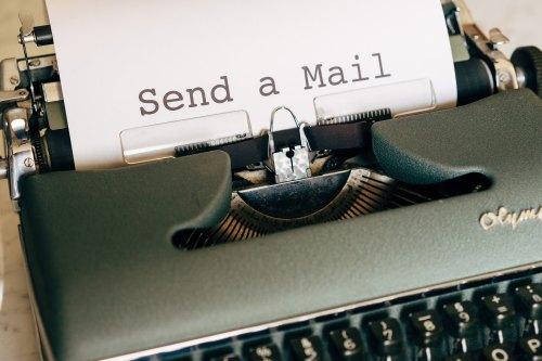 """Olymp-Schreibmaschine mit eingespanntem Papier: """"Send a Mail"""""""