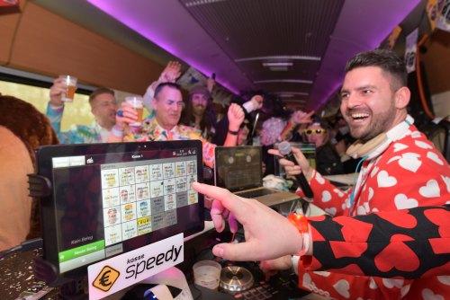 DJ im Pappnasenexpress mit feiernden Jecken