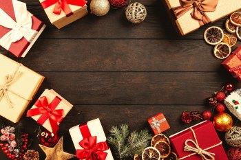 dunkles Holz und darauf Geschenke und Deko (Farbschema: rot gold braun)